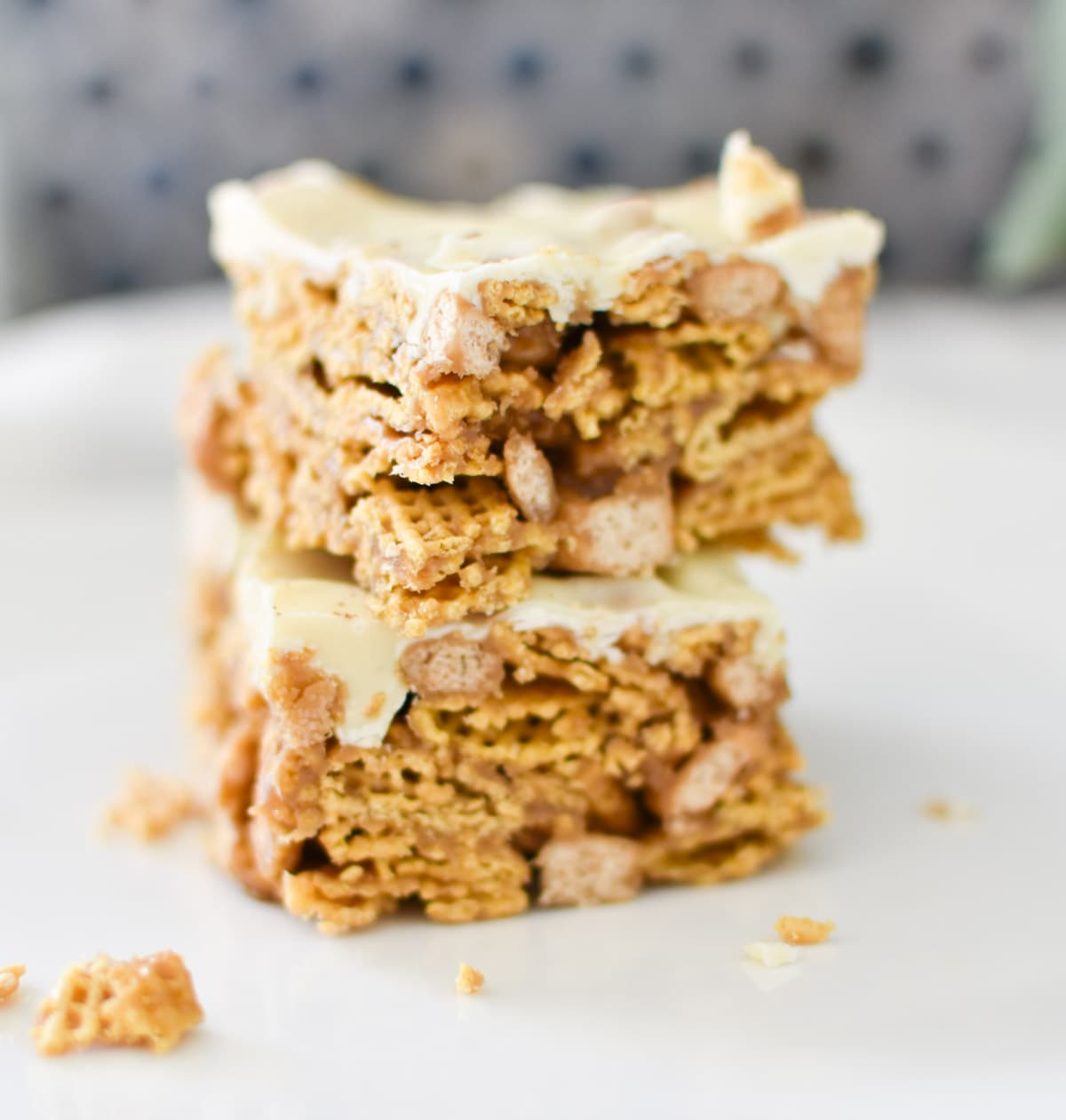 These white chocolate cereal dessert bars are the answer to your last minute party prayers. Only 5 pantry ingredients, they will be a hit recipe your family will love. #cereal #dessert #bars #holidayrecipes